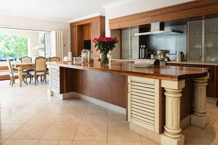 Kitchen island: country Kitchen by Tru Interiors