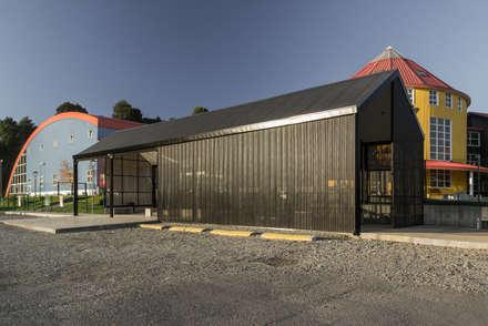 Nuevo Acceso Colegio Alemán de Puerto Varas. : Casas de estilo escandinavo por Moraga Höpfner Arquitectos