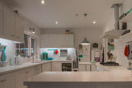 HP HOUSE: Cocinas de estilo escandinavo por Moraga Höpfner Arquitectos