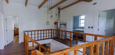 CASONA LOS BAJOS: Pasillos, hall y escaleras de estilo  por Moraga Höpfner Arquitectos