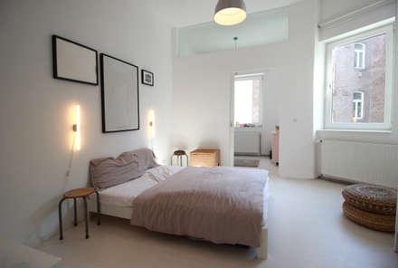 Umbau in Köln: industriale Schlafzimmer von PlanBar Architektur