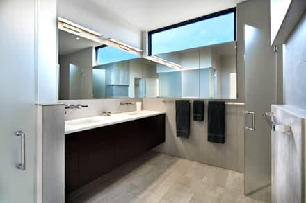 Rosedale Residence: modern Bathroom by KUBE Architecture