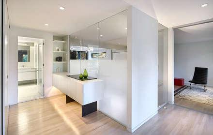 Smoky Quartz: modern Dressing room by KUBE Architecture