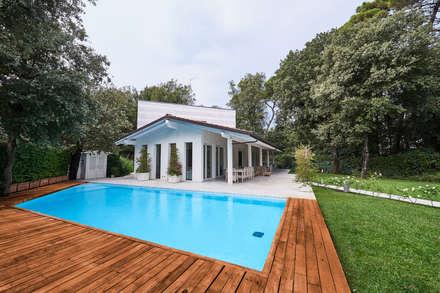 Residenza Privata A.P. - Marina di Pietrasanta: Case in stile in stile Moderno di Zeno Pucci+Architects