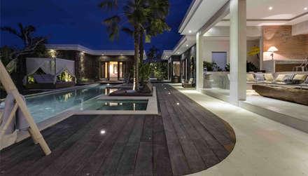 Coronación piscina con madera antigua : Piscinas de estilo tropical de Ale debali study