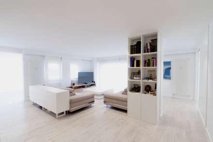 REFORMA PRIMERA LÍNEA: Salones de estilo minimalista de R. Borja Alvarez. Arquitecto