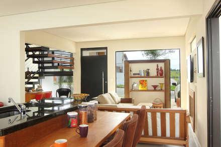 Residência AT - Itupeva SP: Salas de jantar modernas por Taguá Arquitetura+Design