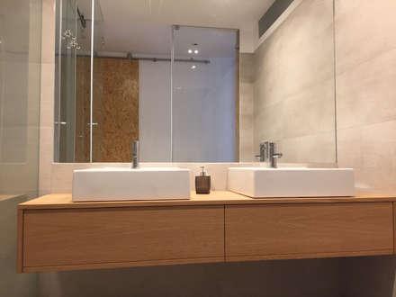 Casa familiar: Casas de banho modernas por Margarida Bugarim Interiores