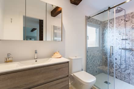 Baño: Baños de estilo rural de roomy showroom