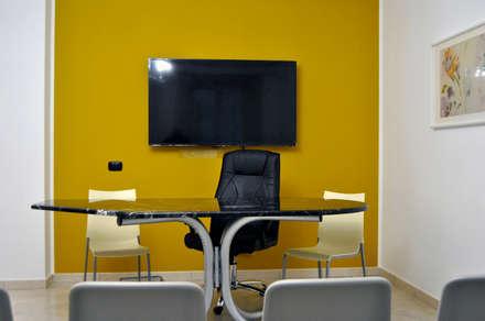 Sala Oro: Sala multimediale in stile  di AG Interior Design