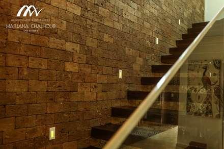 CASA DE PRAIA INDAIÁ: Corredores, halls e escadas rústicos por Mariana Chalhoub