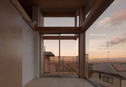 展望台の家: ろく設計室が手掛けたバルコニー&テラスです。