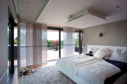 Schalfzimmer: moderne Schlafzimmer von Klaus Geyer Elektrotechnik