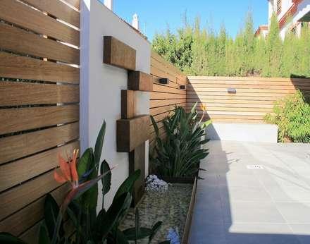 Proyecto de integración de salón comedor con exterior – jardín  en Tomares, Sevilla. : Jardines de estilo moderno de Interiorismo Conceptual estudio