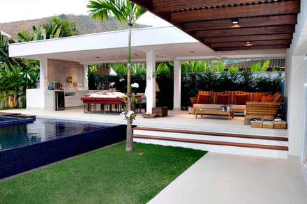 สระว่ายน้ำ by RAWI Arquitetura + Interiores