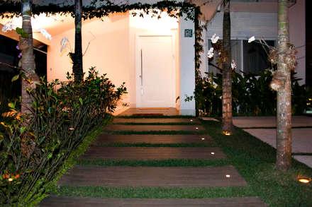 Deck de entrada: Casas minimalistas por RAWI Arquitetura + Interiores