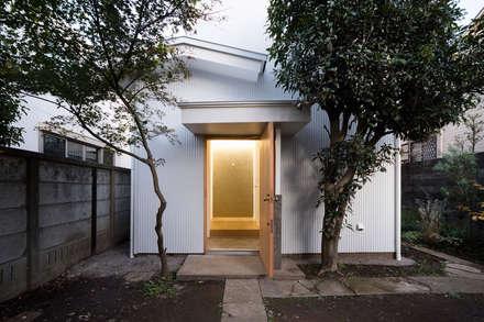 武蔵境の家: ディンプル建築設計事務所が手掛けた玄関・廊下・階段です。