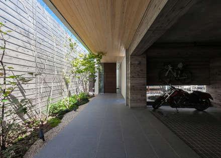 神沢の家: Architet6建築事務所が手掛けた玄関・廊下・階段です。