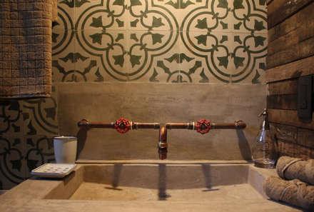 Baños de estilo rústico por MORADA CUATRO