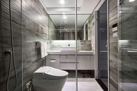 木紋磚鋪陳浴室的休閒溫潤質感:  浴室 by 青瓷設計工程有限公司
