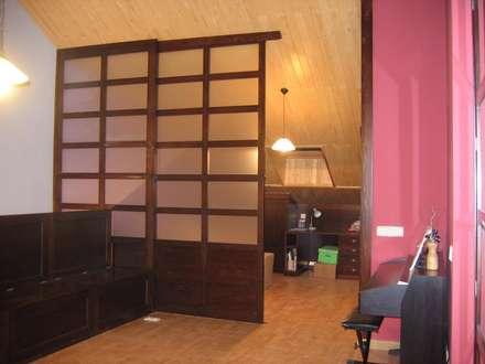 Separador de ambientes en madera y cristal con puerta corredera: Estudios y despachos de estilo ecléctico de la alacena segoviana s.l
