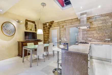 """Casa """"Ale"""" tra luce e granito: Sala da pranzo in stile in stile Eclettico di MAMESTUDIO"""