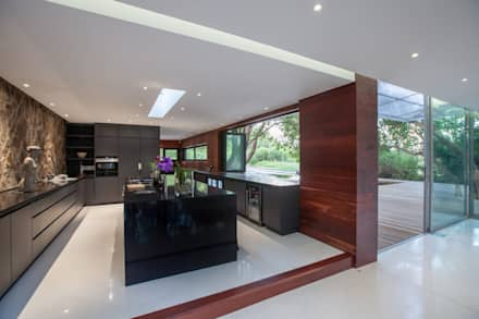 Kromdraai House - Cradle of Humankind, Maropeng: minimalistic Kitchen by Karel Keuler Architects