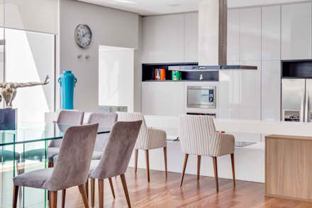 Sala Jantar e Cozinha: Salas de jantar modernas por Arqbox