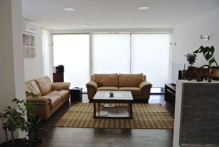 Casa Lomas: Livings de estilo minimalista por AtelierStudio
