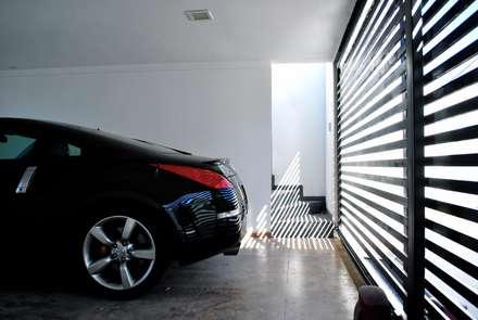 Casa Lomas: Paredes y pisos de estilo minimalista por AtelierStudio