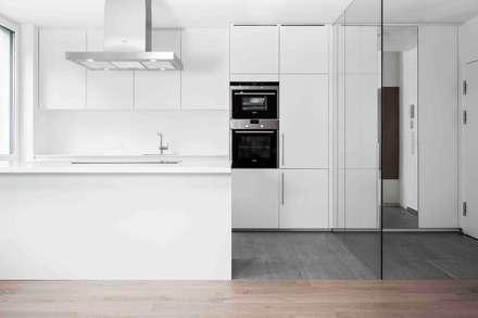 Küche : moderne Küche von Cordier Innenarchitektur