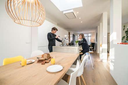 Eettafel en keuken lopen in elkaar over: moderne Eetkamer door Masters of Interior Design