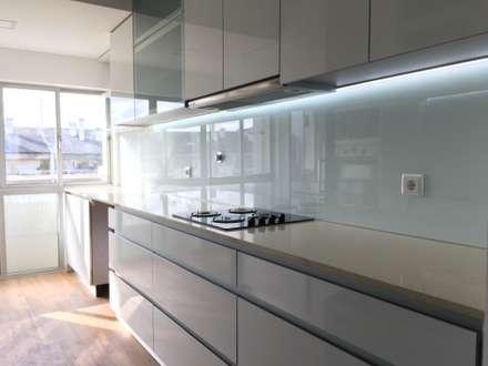Obra Casa Branca: Cozinhas modernas por Obras & Detalhes, Engenharia e Construção