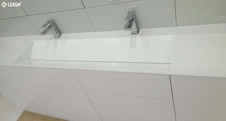 Szafka z podwójną umywalką na wymiar.: styl , w kategorii Łazienka zaprojektowany przez LUXUM