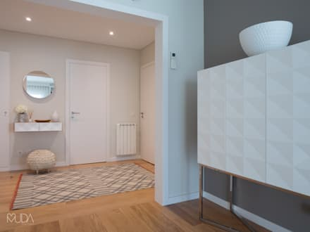 Sala e Hall   Depois: Corredores, halls e escadas modernos por MUDA Home Design