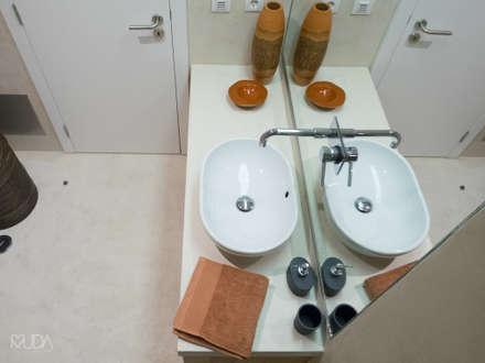 WC Suite | Depois: Casas de banho modernas por MUDA Home Design