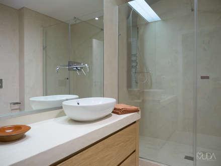 WC Suite   Depois: Casas de banho modernas por MUDA Home Design