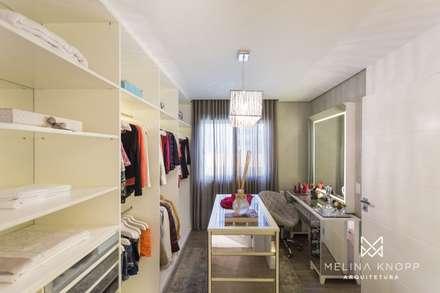 Closets clássicos por Melina Knopp Arquitetura