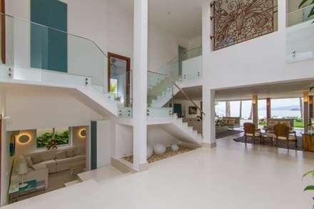 L24: Corredores, halls e escadas modernos por Tammaro Arquitetura e Engenharia