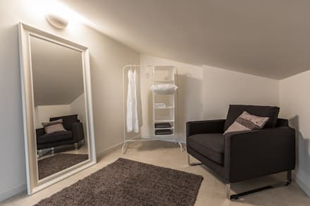 Il fascino particolare e discreto della mansarda: Spogliatoio in stile  di Bologna Home Staging