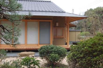 和風の佇まい: 環アソシエイツ・高岸設計室が手掛けた庭です。
