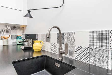 Carreaux ciment noirs et blancs: Cuisine de style de style Moderne par Pixcity, Agence de photographie