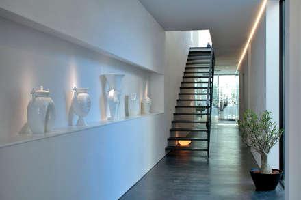浜田山の家: 遠藤誠建築設計事務所(MAKOTO ENDO ARCHITECTS)が手掛けた玄関/廊下/階段です。