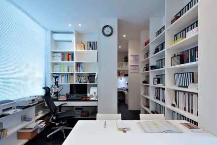 浜田山の家: 遠藤誠建築設計事務所(MAKOTO ENDO ARCHITECTS)が手掛けた書斎です。