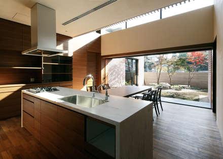 若松町の住宅: カトウアーキテクトオフィスが手掛けたキッチンです。