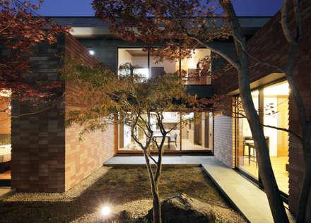 若松町の住宅: カトウアーキテクトオフィスが手掛けた庭です。