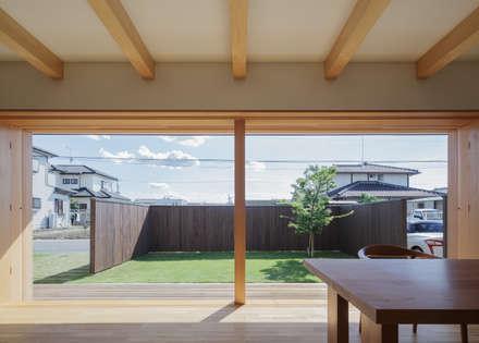 足利の住宅: カトウアーキテクトオフィスが手掛けたリビングです。