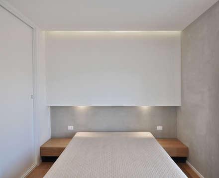 casa P: Camera da letto in stile in stile Moderno di degma studio