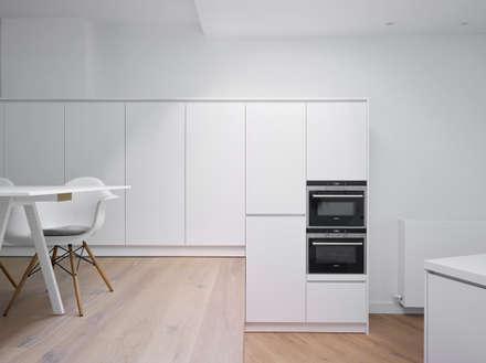 une paysage à habiter: minimalistische Keuken door White Door Architects