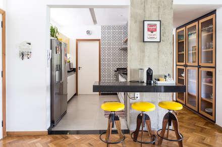 Reforma de apartamento - Ateliê Paralelo: Cozinhas modernas por Joana França